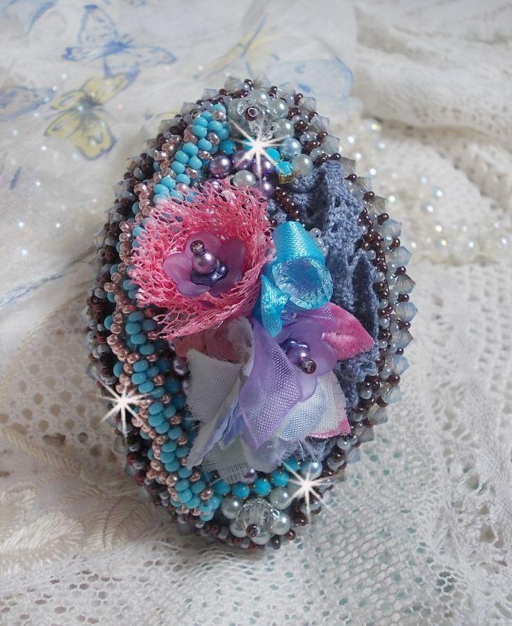 Barrette à cheveux Mademoiselle Bluse Haute-Couture brodée avec de la dentelle Gris Perlé, des perles rondes nacrées, des fleurs Lucite et des rocailles
