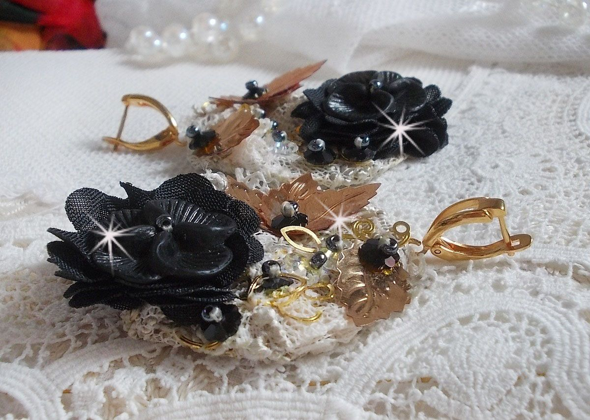 BO Attrape-Rêves Noir et Doré Ondulées brodées avec des cristaux de Swarovski, des fleurs en tissu et des rocailles.