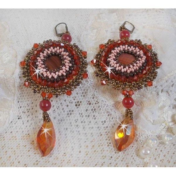 BO Topaz brodées avec des disques nacrées acajou, perles rondes lisses et autres perles.