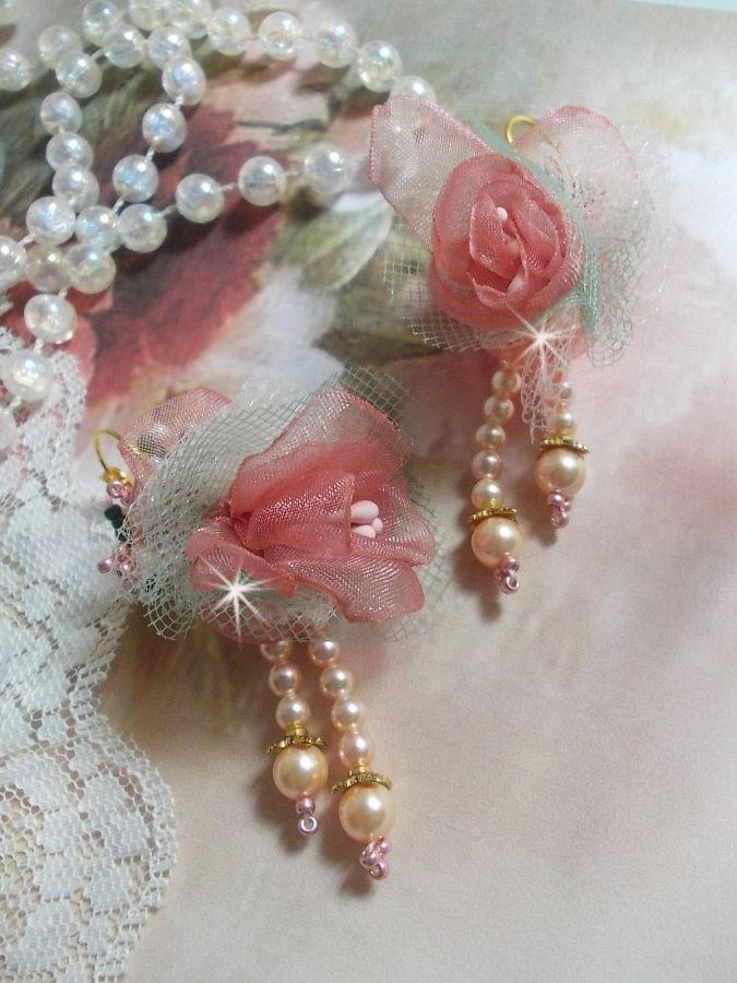 BO Douceur Poudrée crée avec du ruban Organza, du tulle , des cristaux de Swarovski, des perles en verre de Bohème et des rocailles