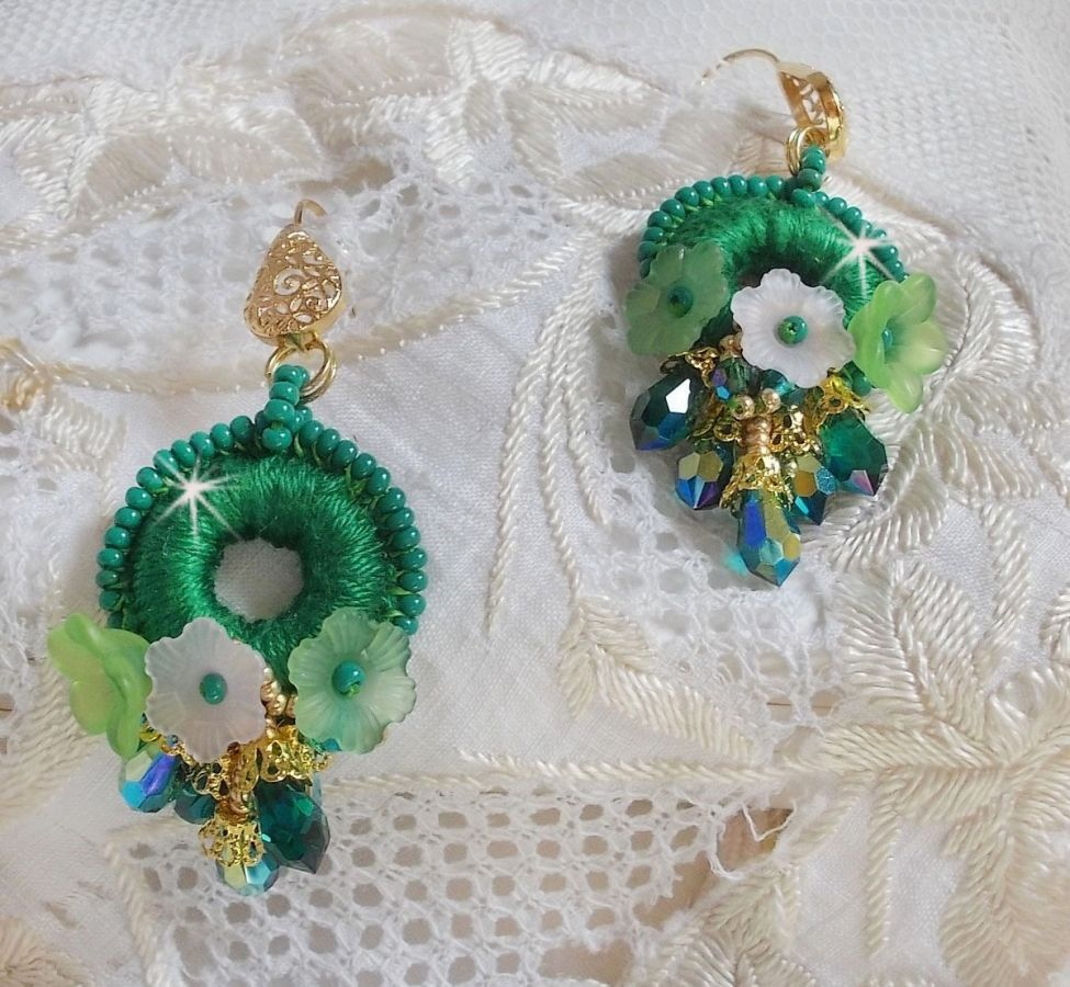 BO Green Iris brodées du coton DMC vert émeraude et des gouttes en cristal de Swarovski