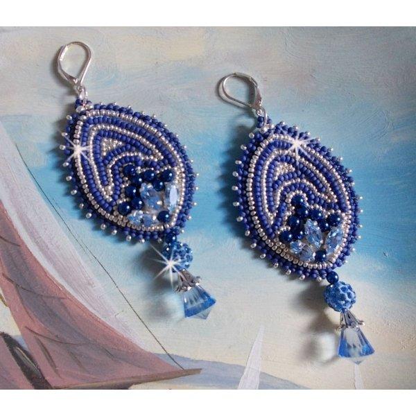BO Marine Blue brodées avec des cristaux de Swarovski, des perles rondes en verre et des rocailles Miyuki