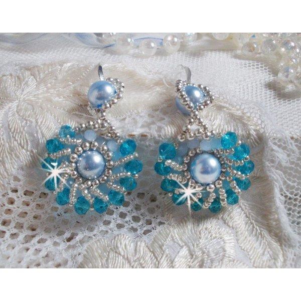BO Ode Bleu et Argent brodées avec des perles rondes nacrées, des facettes aplaties et des rocailles argentées.