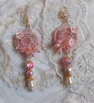 Boucles d'oreilles brodées avec deux Quartz rose façon Quartzib'Elle.
