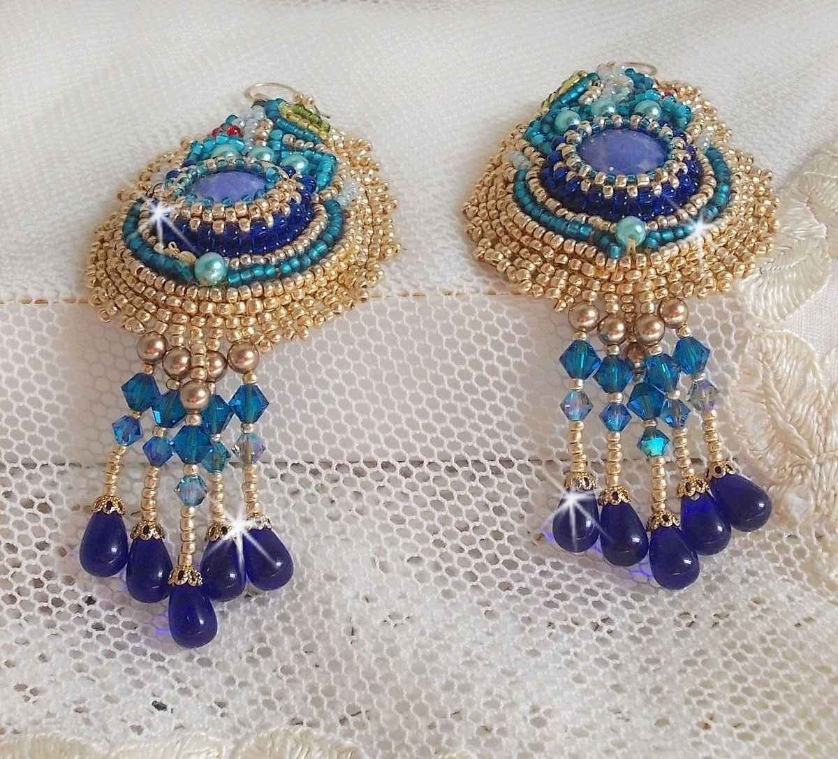 BO Papillon Or Bleu brodées avec des gouttes, pierres de gemme et rocailles