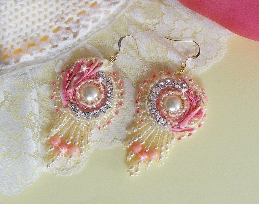 BU Coeur Tendre brodées avec des Cristaux de Swarovski, des chatons, des perles rondes aplaties sur un ruban de soie Jaune et Rose