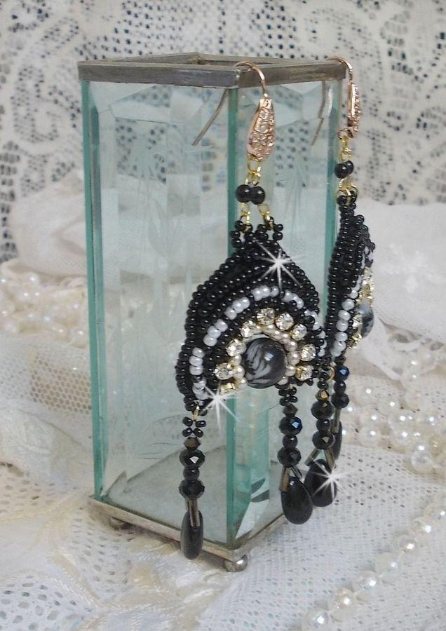 BO Féerie Black sont brodées avec des Cristaux de Swarovski, des chatons crystal, des perles rondes facettées aplaties, des Bugles twistés et des rocailles