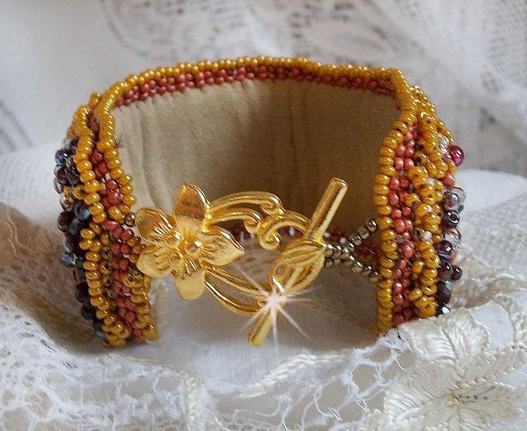 Bracelet Jaspe Rouge manchette brodé avec un cabochon Jaspe Rouge, des Cristaux de Swarovski et des rocailles