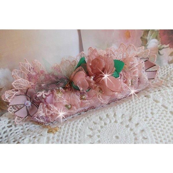 Bracelet Douceur Poudrée manchette avec de la dentelle Rose très fine, des cristaux de Swarovski, des perles en verre, des rocailles et des accessoires en plaqué Or