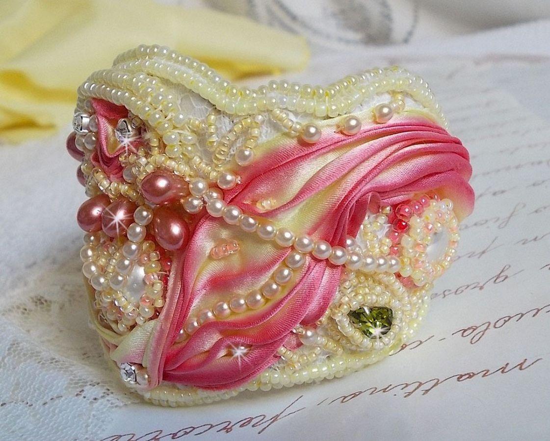 Bracelet Les Délices de L'Eté manchette Haute-Couture brodé avec un ruban de soie jaune et Rose, des perles rondes, des gouttes nacrées et des rocailles