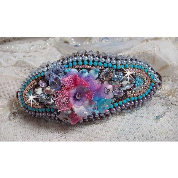 Bracelet manchette Mademoiselle Bluse Haute-Couture brodé avec des Cristaux de Swarovski, des fleurs en verre de bohème, de l'Argent 925/1000, de la dentelle  et des rocailles