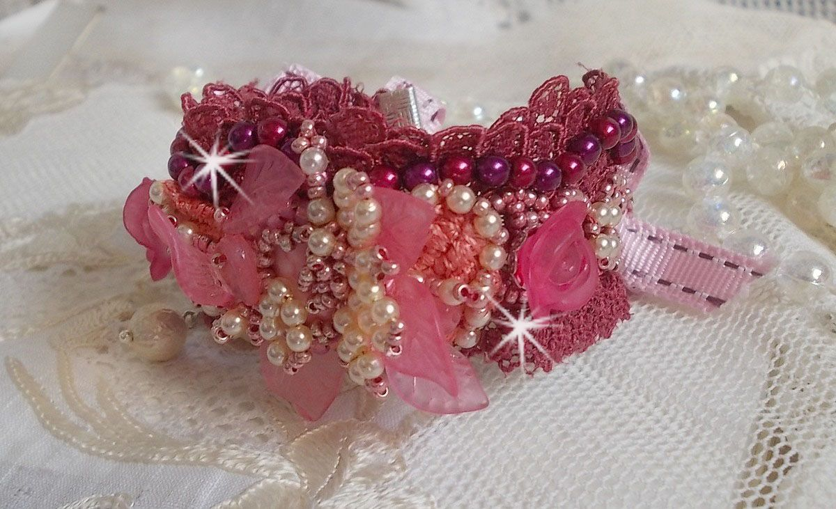 Bracelet Magnolia avec une dentelle bordeaux brodée avec des perles nacrées et fleurs