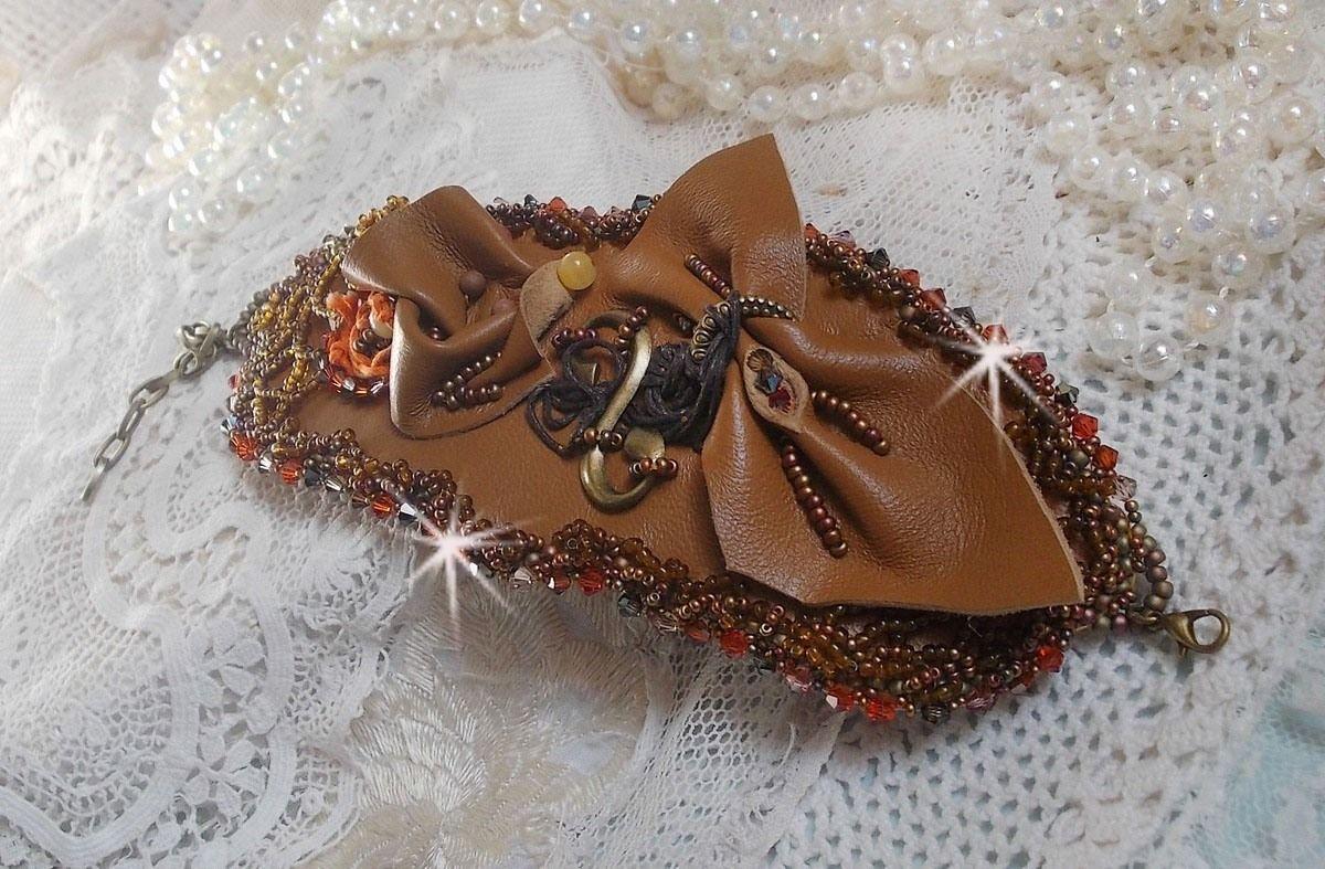 Bracelet manchette Amber Romance brodé avec du cuir vachette très souple, des perles semi-précieuses comme la Citrine, l' Agate et des rocailles