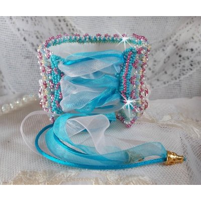 Bracelet manchette Beauty Alicia Blue brodée avec de fines perles et cristaux de Swarovski