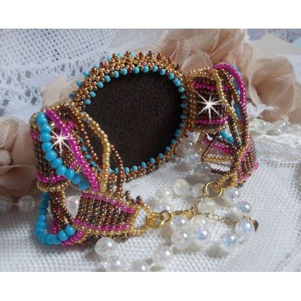 Bracelet Cheyenne manchette brodé avec une pierre de gemme, un rubis Fuchsite avec des rocailles Miyuki et des rocailles tchèques.