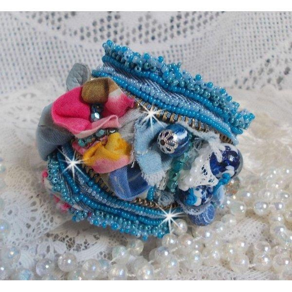 Bracelet manchette Far West avec du tissu en jean et diverses perles.