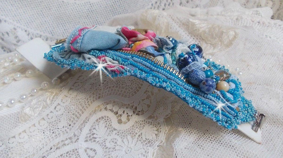 Bracelet Far West manchette brodé avec du tissu en jean, des perles de gemmes : le Sodalite, l'Agathe, des perles en céramique, des perles rondes nacrées en verre de Bohème et des rocailles