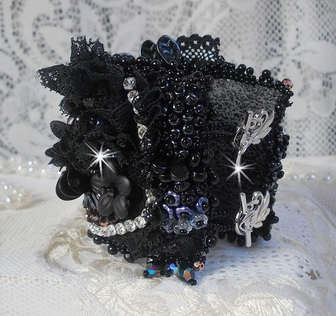 Bracelet manchette Féerie Black avec une soie grise, blanche et noir.