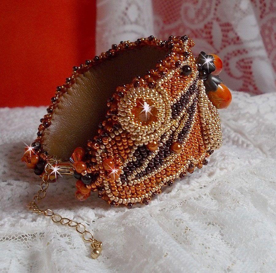 Bracelet manchette Lady in Orange, cristal de Swarovski, rocailles, perles et cuir façon Haute-Couture