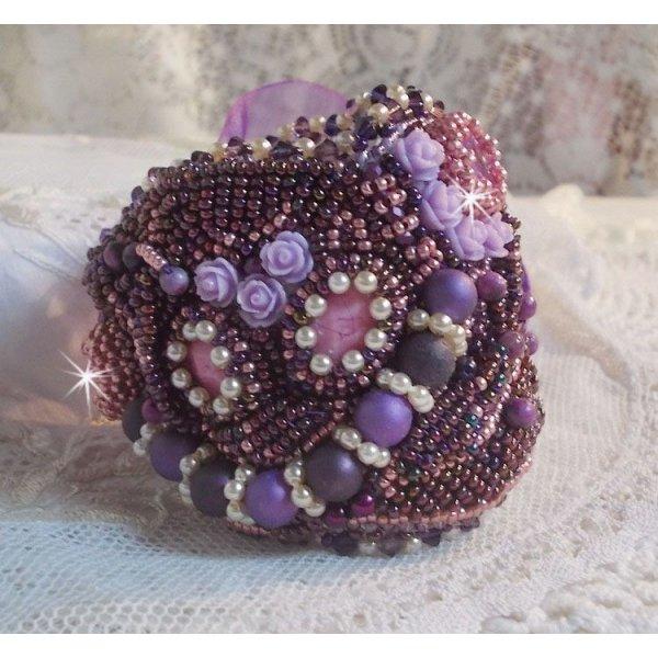 Bracelet Chinese Purple Stone manchette brodé de pierres fine : les Sugilites, des Cristaux de Swarovski, des rocailles et un ruban Organza Violet