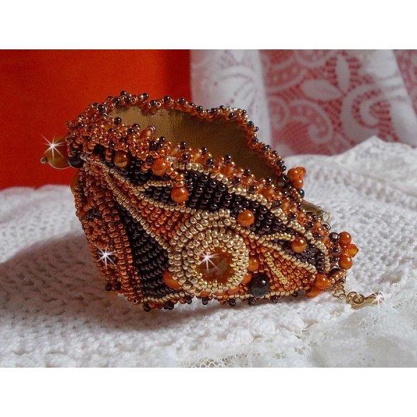 Bracelet Lady in Orange manchette Haute-Couture brodé avec des cristaux de Swarovski et des rocailles Miyuki.