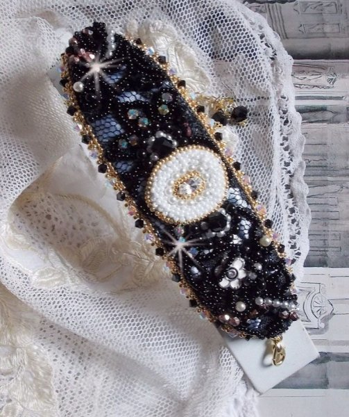 Bracelet Noir Sacré brodé sur une dentelle noire façon vintage