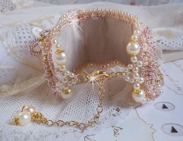 Bracelet manchette Poudre de Riz brodé avec des perles de culture d'eau douce, perles nacrées...