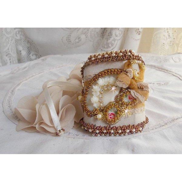 Bracelet Reflets de Rosée manchette brodé avec des perles nacrées, des Cristaux de Swarovski, des rocailles et une dentelle très ancienne