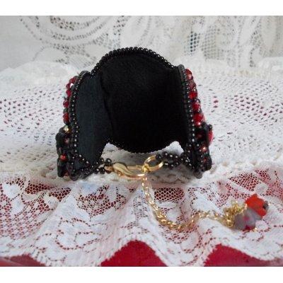 Bracelet manchette Midnight in Paris brodé tendance romantique avec un cabochon en verre