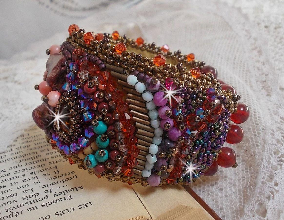 Bracelet manchette Topaz brodé avec de belles pierres de gemmes