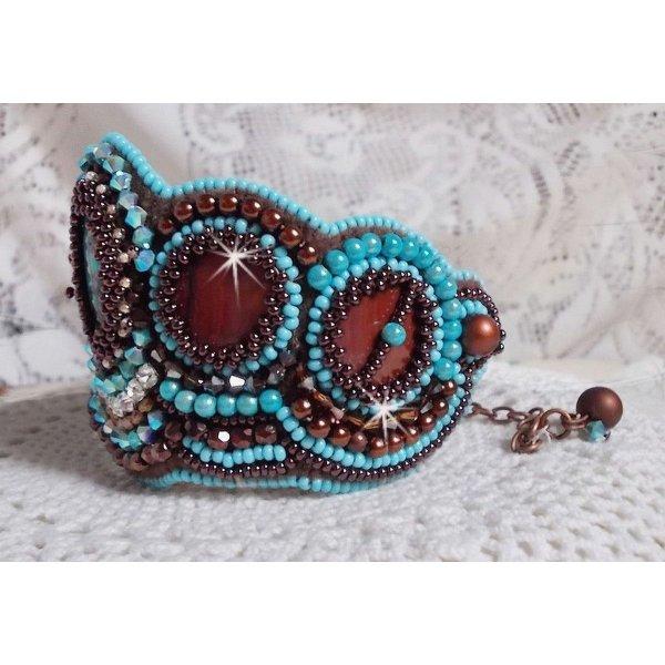Bracelet Turquoise manchette Haute-Couture brodé avec disque en nacre Acajou, des Cristaux de Swarovski, des facettes en verre de Bohème et des rocailles