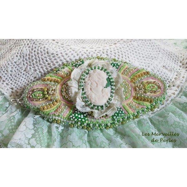 Bracelet manchette Anisse  brodé avec une résine portrait de femme façon victorien
