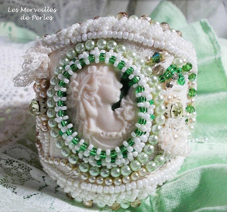 Bracelet manchette Séduction Charme brodé avec une dentelle, cabochon en résine façon victorien
