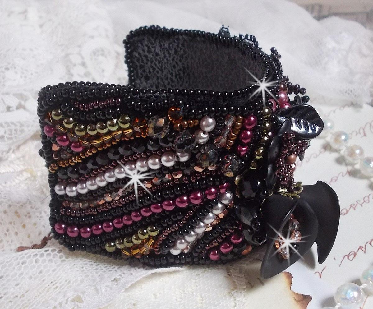 Bracelet manchette Midnight Daisy, rien que des perles nacrées et des fleurs.