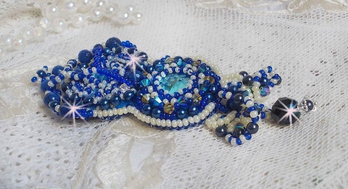 Broche Blue Palace Haute-Couture brodée avec des Cristaux de Swarovski, des perles rondes nacrées, des facettes en verre de bohème et des rocailles