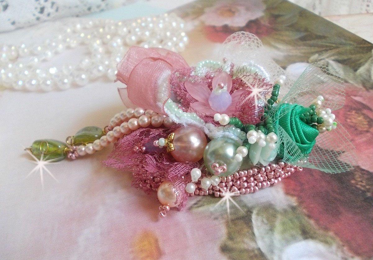Broche Douceur Poudrée crée avec de la dentelle, du ruban organza, des perles de Swarovski,des perles en verre et des rocailles