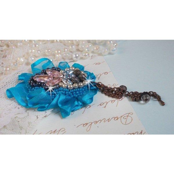 Broche Belle Epoque Haute-Couture est brodée avec des Cristaux de Swarovski, des perles rondes nacrées, des breloques, un ruban et des rocailles