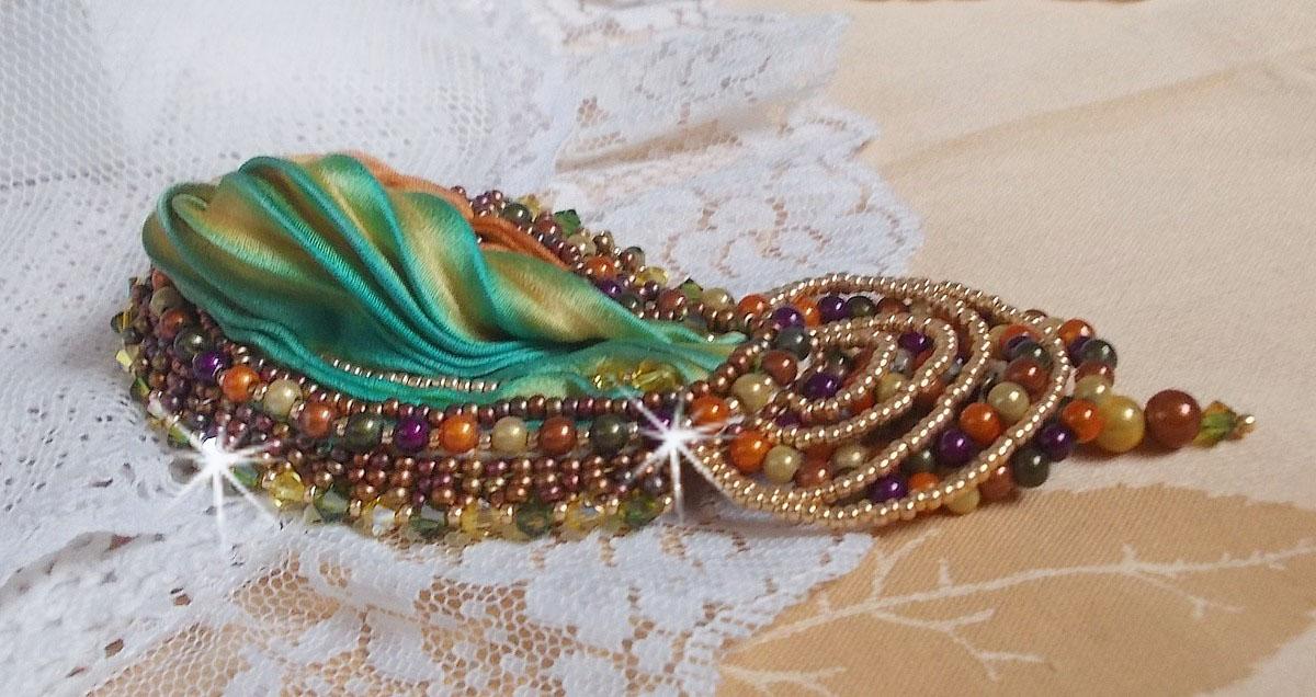 Broche Lune Vénitienne brodée avec un ruban de soie, des perles magiques et des cristaux de Swarovski