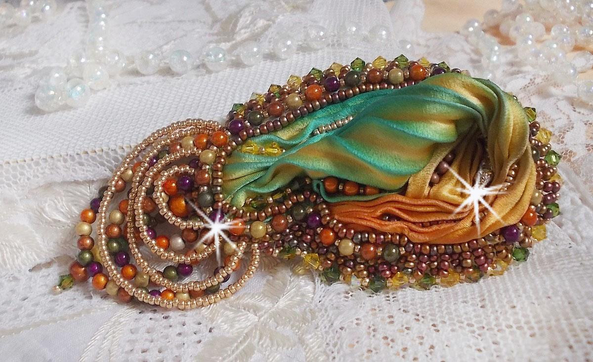 Broche Lune Vénitienne avec ces perles magiques et un beau Shibori de soie