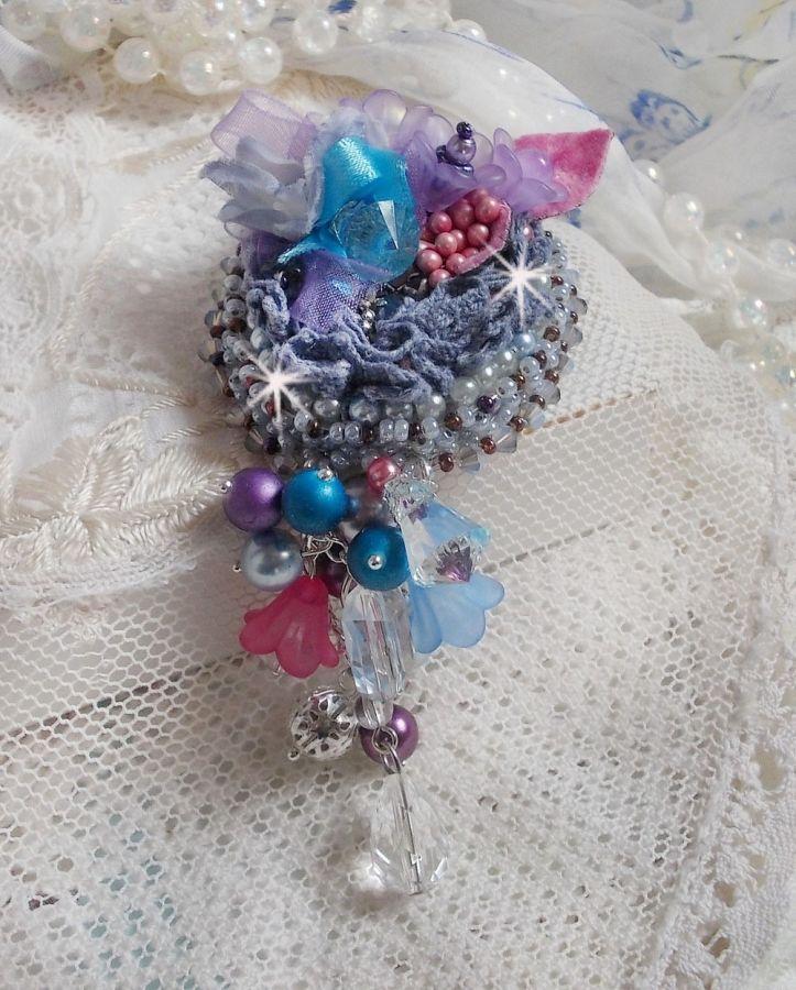 Broche Mademoisellle Bluse Haute-couture brodée avec des Cristaux de Swarovski, des perles nacrées, des fleurs Lucite et de belles rocailles