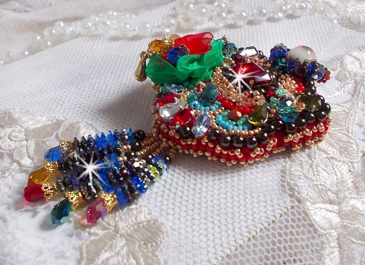 Broche Mia Haute-Couture avec les couleurs tendance et les perles de qualité