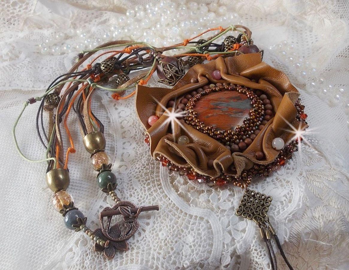 Collier Amber Romance Brodé avec du cuir Caramel/Orange/Acajou, des pierres de gemme semi-précieux (Agate, Citrine, Jaspe Picasso) et des Cristaux de Swarovski