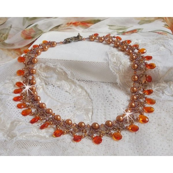 Collier Ambre avec des perles nacrées en cristal de Swarovski et des gouttes facettées en verre