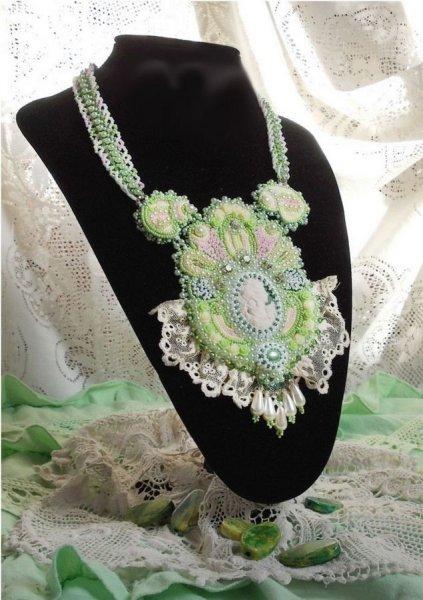 Collier plastron Anisse Haute-Couture brodé avec de la dentelle ancienne, cabochon résine portrait de femme.