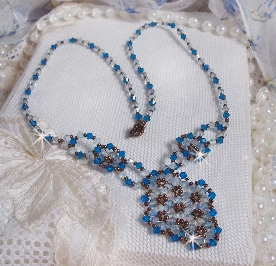 Collier Arabesque monté avec des Cristaux de Swarovski, des toupies en verre et des rocailles.