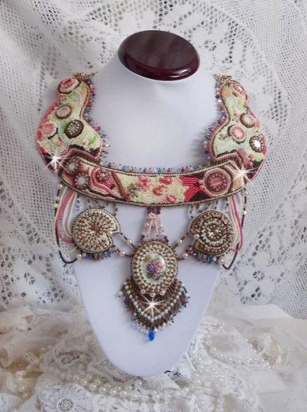 Collier Arc-En-Ciel Haute-Couture brodé avec un cabochon en porcelaine de Limoge, des cristaux de Swarovski et des nacres.
