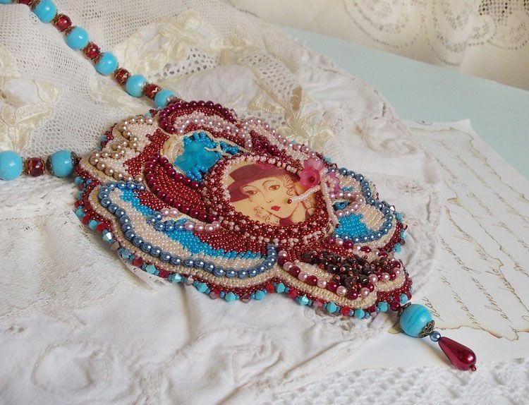 Collier plastron Bel'Art avec un cabochon en résine des années 1950, des rocailles et des perles nacrées en cristal de Swarovski