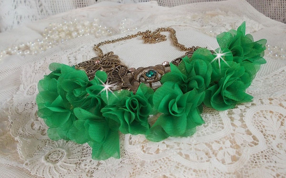Collier Belle Emeraude monté avec des fleurs en tissu, des Cristaux de Swarovski et des rocailles
