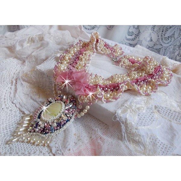 Collier plastron Détente brodé avec des perles nacrées tout en harmonie avec d'autres perles de qualité