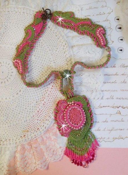 Collier Miss Lady brodé avec des rocailles vert, rose et un cabochon en résine